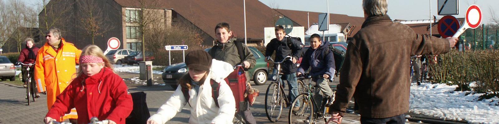 gemachtigde opzichters helpen kinderen veilig oversteken aan de gemeentelijke basisschool Beuk en Noot