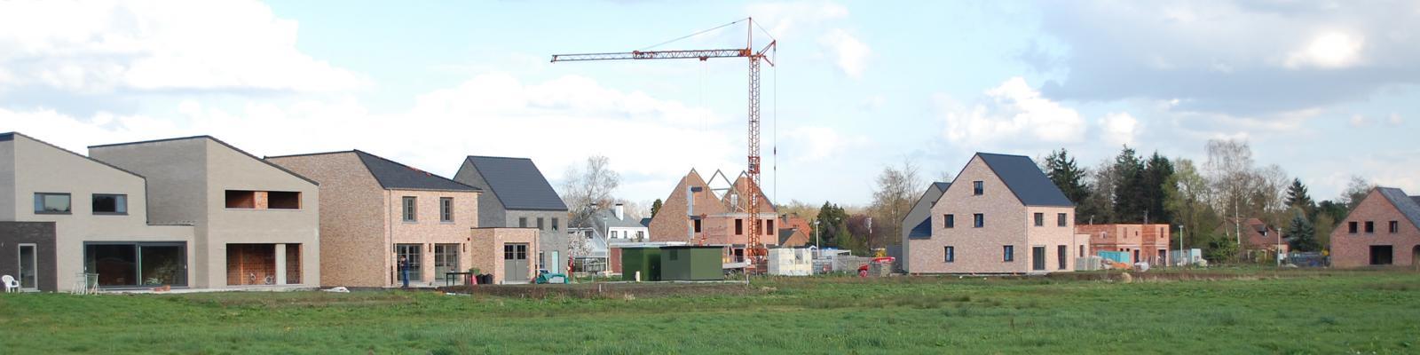 nieuwe huizenrij in aanbouw
