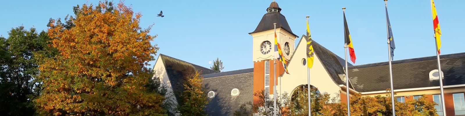administratief centrum op mooie herfstochtend