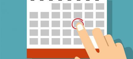 vinger stipt een datum aan op een kalender