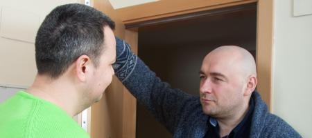 twee mannen kijken boos naar elkaar