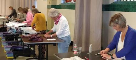 Mondmaskerszoersel - vrijwilligers in naaiatelier in de Kapel