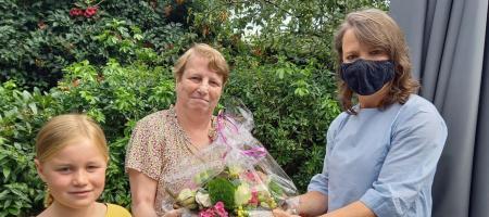 burgemeester Liesbeth Verstreken overhandigt bloemen aan Martine Jordaens