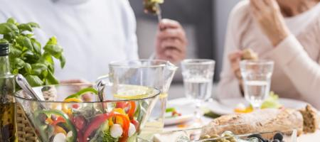 een ouder koppel geniet van een gezonde maaltijd