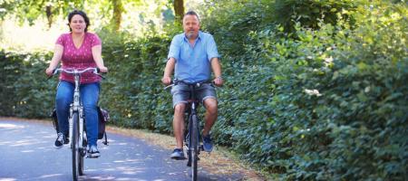 een man en vrouw fietsen de duurzame fietsroute