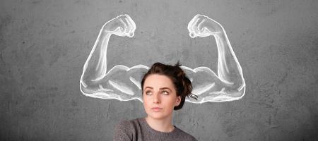 vrouw denk na, rond haar hoofd zie je grote armspieren om haar krachtige geest aan te geven