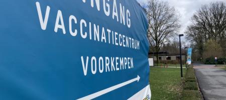 groot spandoek geeft aan waar de ingang van het vaccinatiecentrum is