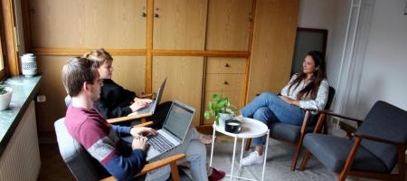 gesprek tussen vrouw en twee psychologen