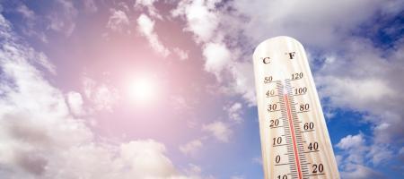 temperatuur wordt in de zon gehouden en wijst op warm weer