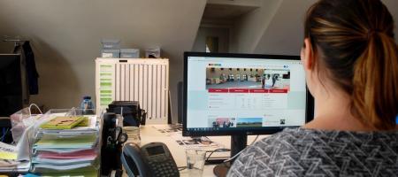 mevrouw maakt online een afspraak op de website van Zoersel
