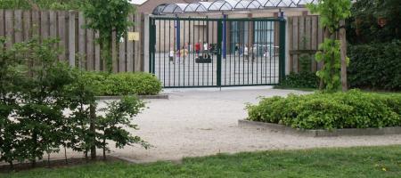 gesloten schoolpoort van basisschool beuk & noot