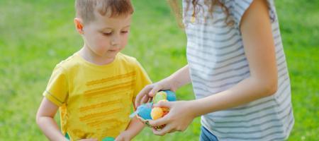 jongen en meisje rapen buiten paaseieren