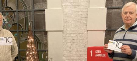 Jef Joosten en Rob Deckers houden Zoerselse geschenkcheque in de hand