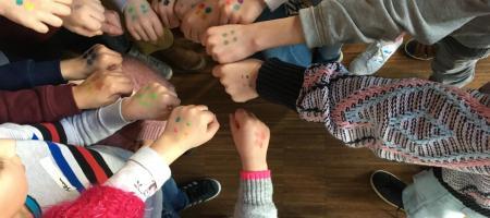 kinderen laten stippen tegen pesten zien