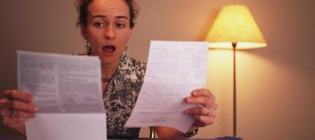 vrouw heeft moeilijkheden met haar papierwerk