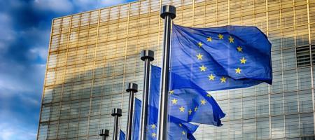 vlaggen wapperen aan de Europese commissie in Brussel