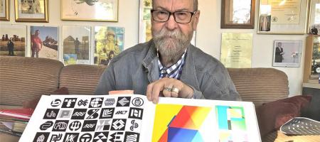 Paul Ibou met een collectie logo's