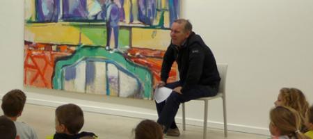 Werner De Wree geeft een kunstles aan een groep kinderen.