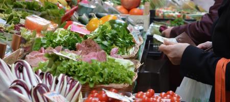 close-up van een groentenkraam op de markt