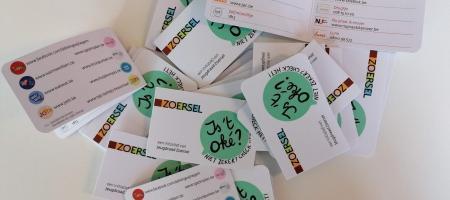 kaartjes met contactgegevens voor het welzijn van jongeren