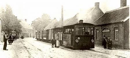 oude foto van tram die door Zoersel rijdt