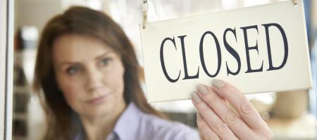 bordje met 'closed' geeft aan dat een winkel gesloten is