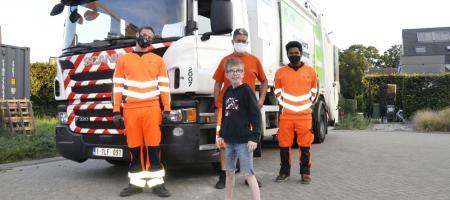 superfan Quinten poseert met drie afvalophalers