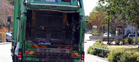 vuilniswagen in de straat
