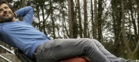 Dieter Coppens ligt languit op zijn grasmaaier