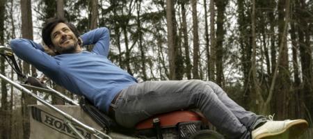 Dieter Coppens rust uit op zijn grasmachine