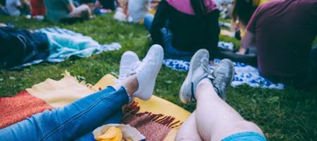 jong en oud genieten in het park van een film