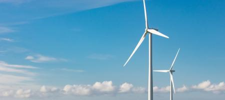 twee windmolens op landbouwgrond