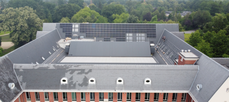 luchtfoto van het administratief centrum met de zonnepanelen