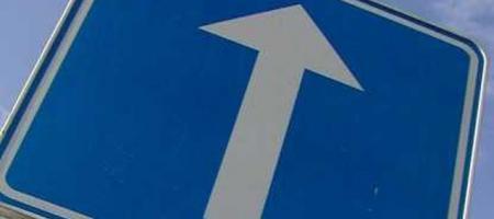 verkeersbord eenrichtingsverkeer in kikkerperspectief