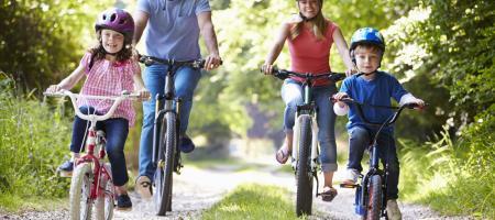 gezin fietst