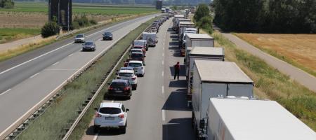 auto's in een file houden reddingsstrook vrij