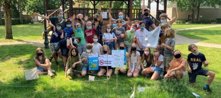 de leerlingen van het vijfde leerjaar poseren voor hun vierkante meter verruigde gazon