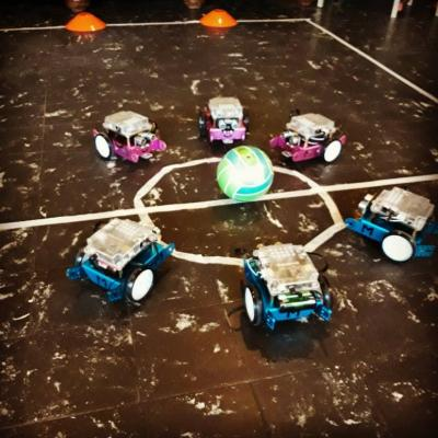 Robotauto's die vechten om een bal