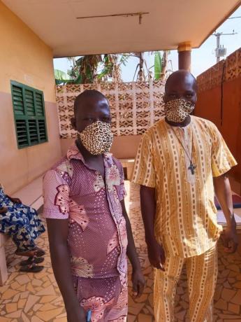twee Afrikanen met een mondmasker