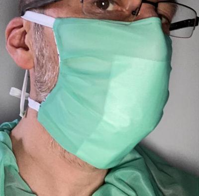 man met zelfgemaakt groen mondmasker