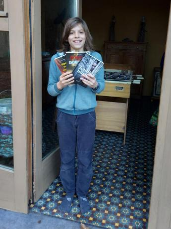 winnaar van de Junior Journalistwedstrijd pronkt met boekenprijs