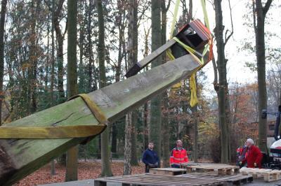 het kunstwerk 'Poortwachter' van Paul Gees wordt geplaatst in park Halle Hof