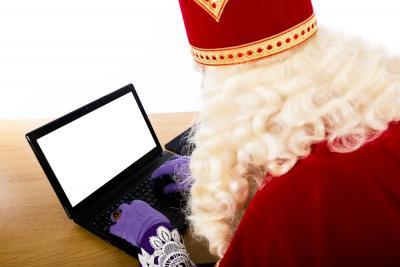 Sinterklaas gaat digitaal en werkt vanachter zijn pc