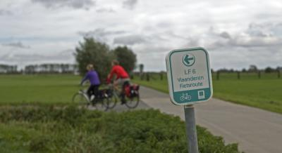 twee fietsers volgen een knooppunten fietsroute