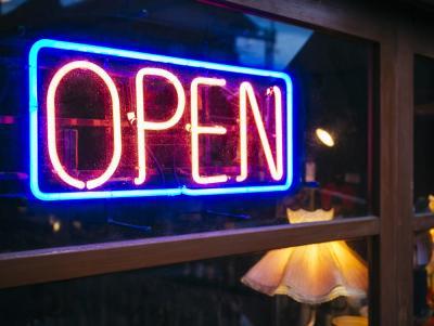 neonbord met de tekst 'open' aan de raam van een winkel