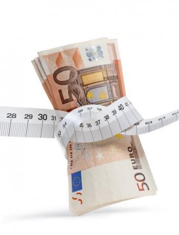 eurobankbiljet met lintmeter omspannen