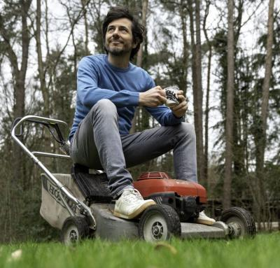 Dieter Coppens geniet van een kop koffie, al zittend op zijn grasmachine