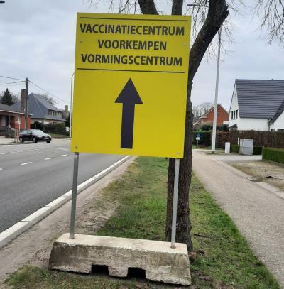 gele borden wijzen de enige juiste weg naar het vaccinatiecentrum
