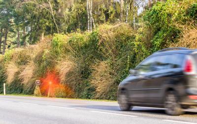 auto wordt geflitst aan hoge snelheid