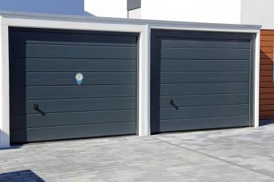sticker van het zorgparkeren is zichtbaar aangebracht op een garagepoort